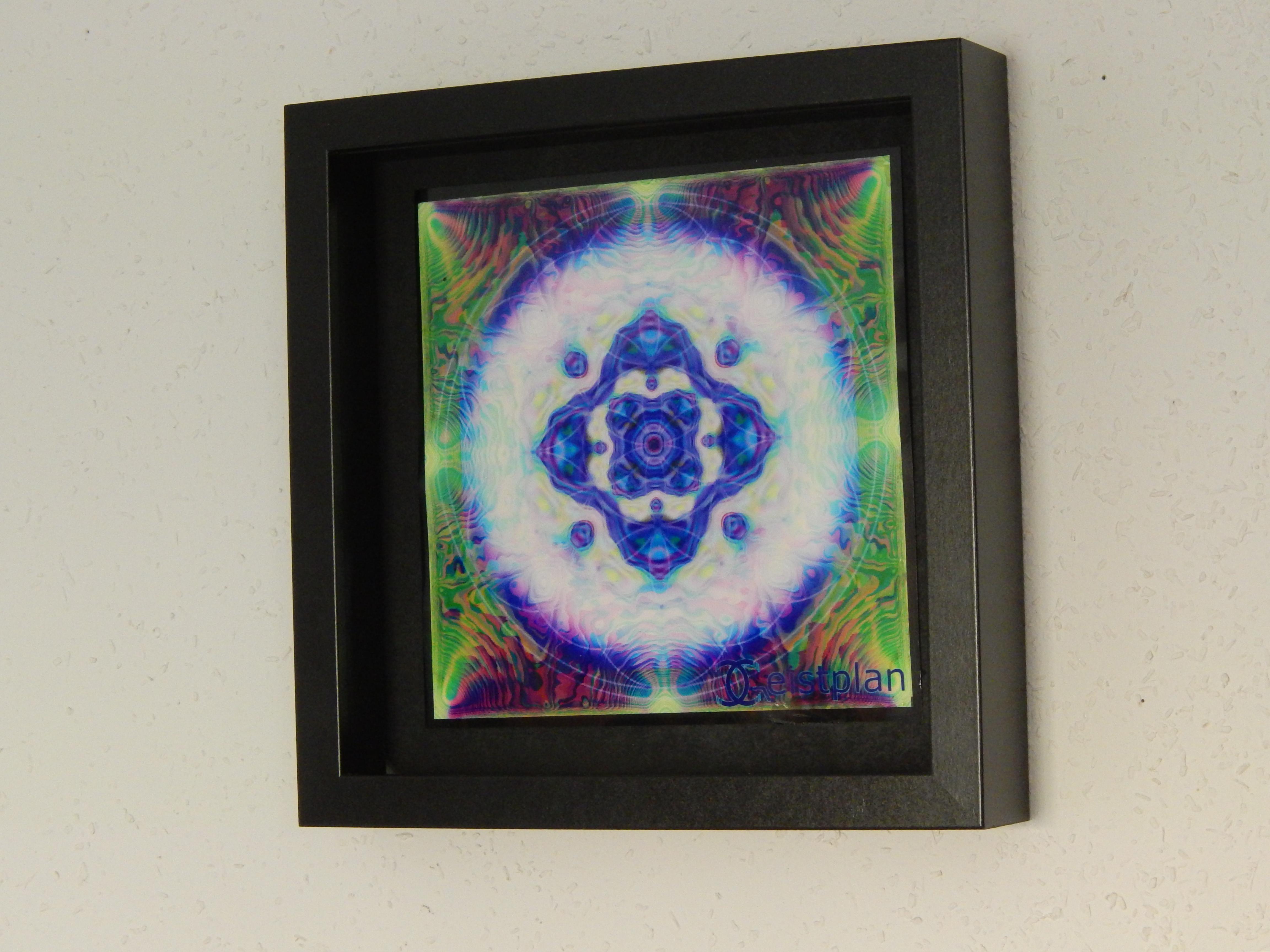Foto von einem Mandala in einem Objektrahmen, Leuchtende Wirkung, durch den Blitz der Kamara ausgelößt, sehr filikranes Bild.