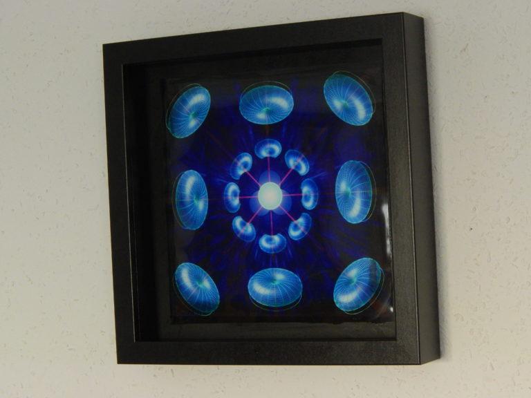 Foto von einem Objektrahmen Mandala mit leuchtenden Tori zur Mitte strahlend (Energie bündelnd)