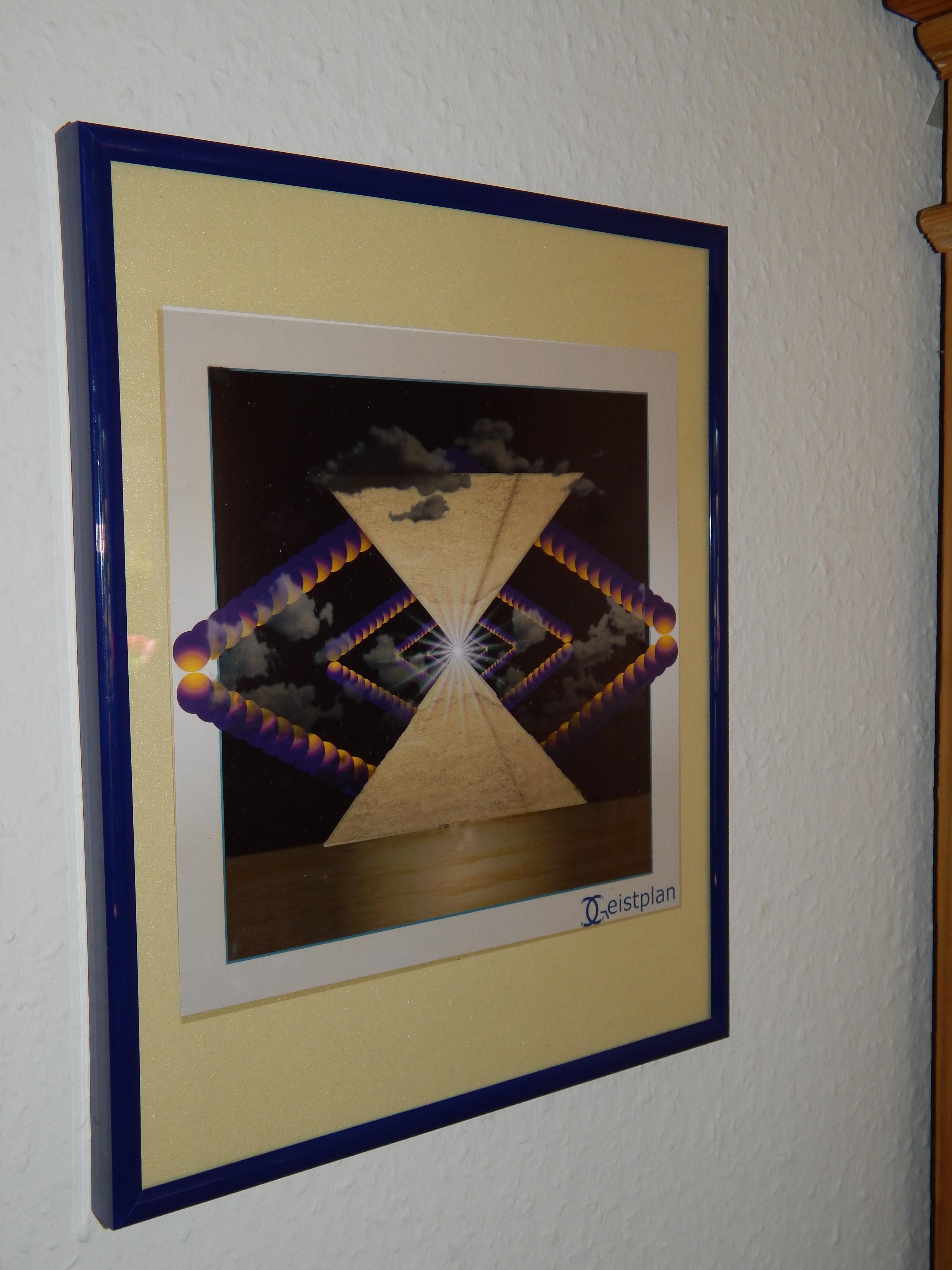 Foto von einem Bild mit zwei gegeneinader aufgetürmten Pyramiden