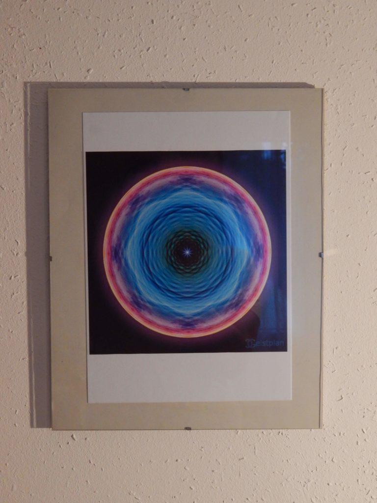 Foto von einem sehr wärmenden strahlenden Energiebild, welches in einem Glasrahmen ist.