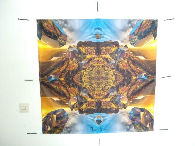 Mandala der Weite auf einem Spanntuch auf Federn aufgehängt
