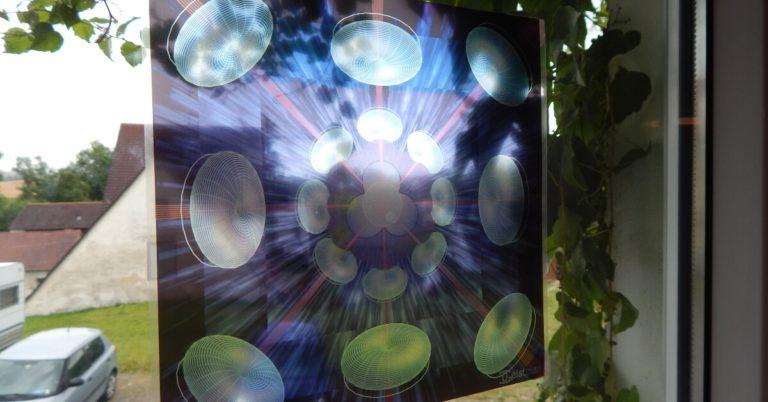 Mandala von Geistplan als Folie an einem Fenster. Psychodelisches Mandala