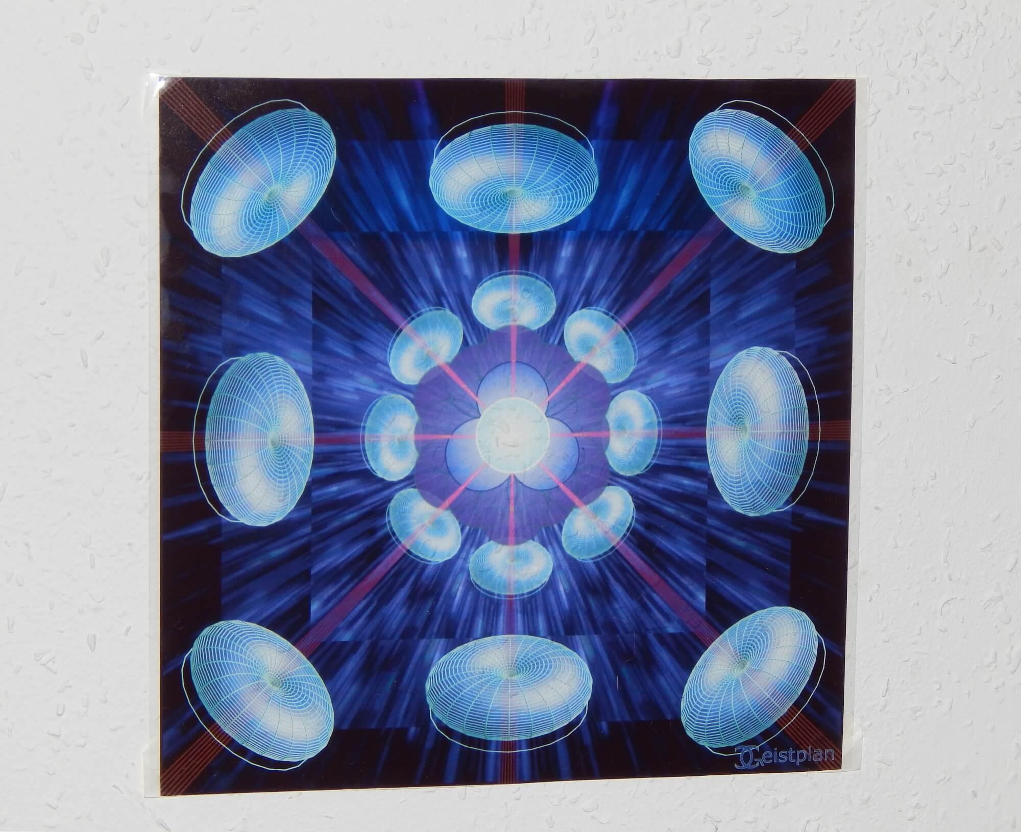 foto von einem sehr kraftvollen Mandala, welches vom Kamarablitz aufleuchtet. das Bild zweigt Tori, die ihre innere Energie zur Mitte bündeln. Blau leuchtend