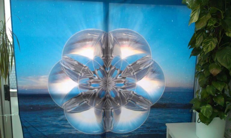 Mandala mit 3D Glaskugeln als Spanntuch, psychodelisch Mandala, 4m² groß mit Ozean und Strand im Hintergrund.