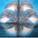 Mandalas zum Anfassen Betragsbild: foto von einem Spanntuch,welches die Saat des Lebens am Strand abbildet. Diese ist in Glaskugeln schwebend über dem Meher, dahinter geht die Sonne unter.