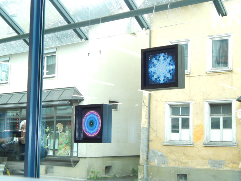 Foto von 2 schöne Mandalas hängend in einem Schaufenster.