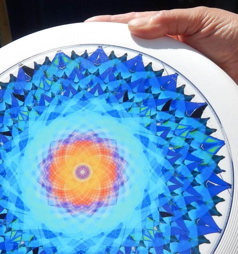 Mandala auf einer Frisbee, recht schön anzuschauen, da sehr filigran und schöne Muster.