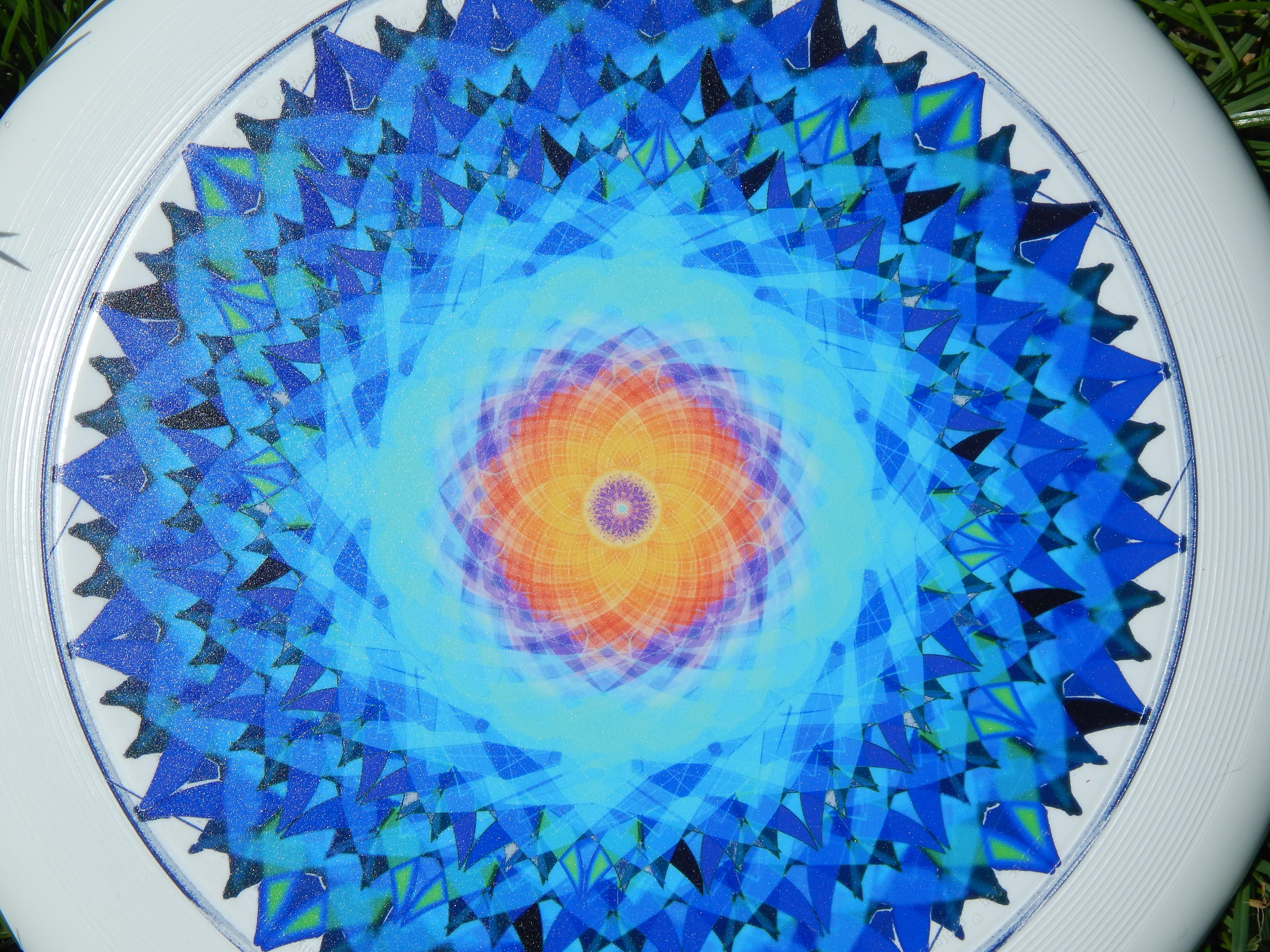 """Das Mandala """"die Schoepfung"""" auf einer Frisbee abgebildet"""