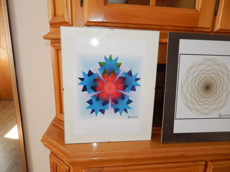Foto von einem Mandala in einem Rahmen, sehr tiefgründiges Mandal mit dreidimensionalen Sternen die in die Tiefe führen. In der Mitte ist ein Torus.