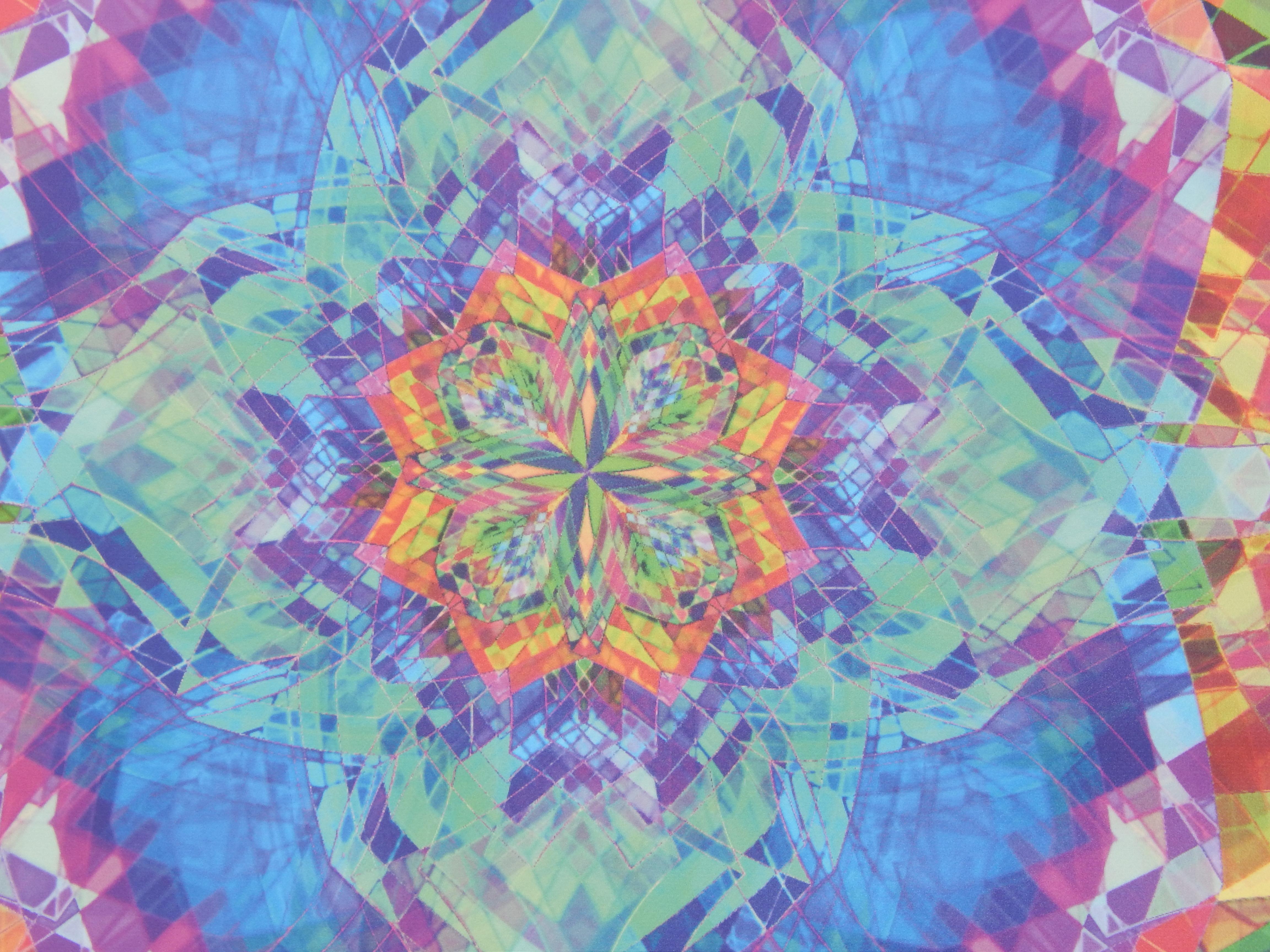 Foto von einem buntem Mandala, als Nahaufnahme. Man sieht den Detailreichtum sehr bunt