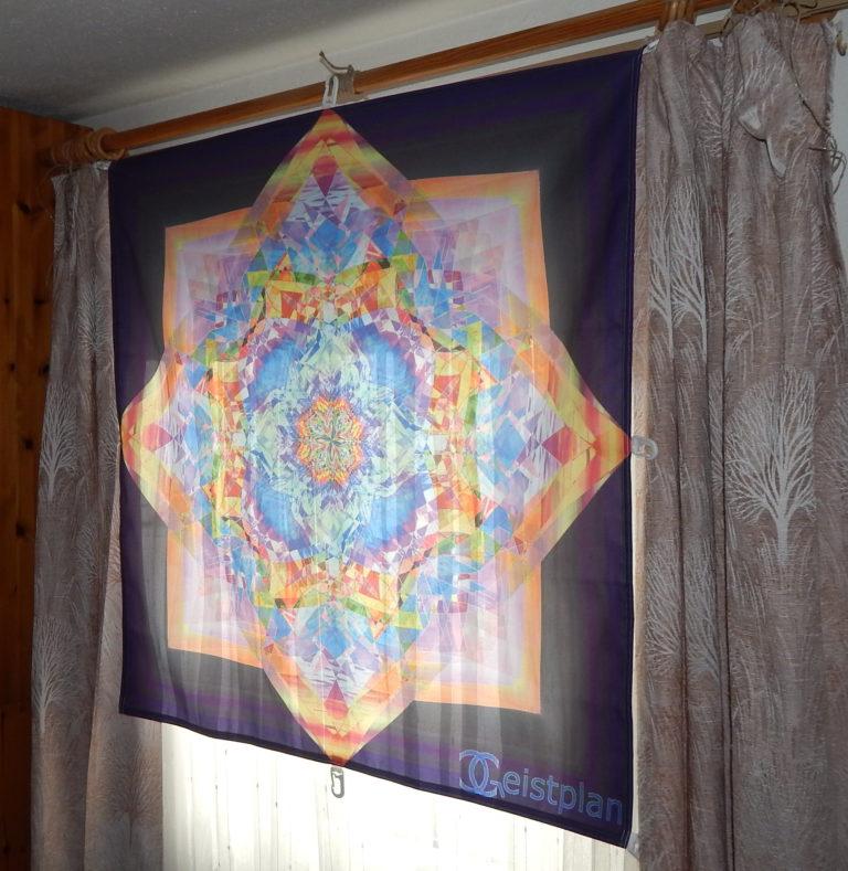 Buntes Mandala als Tuchdruck an einem Fenster. psychodelic mandala, psychodelisches Mandala
