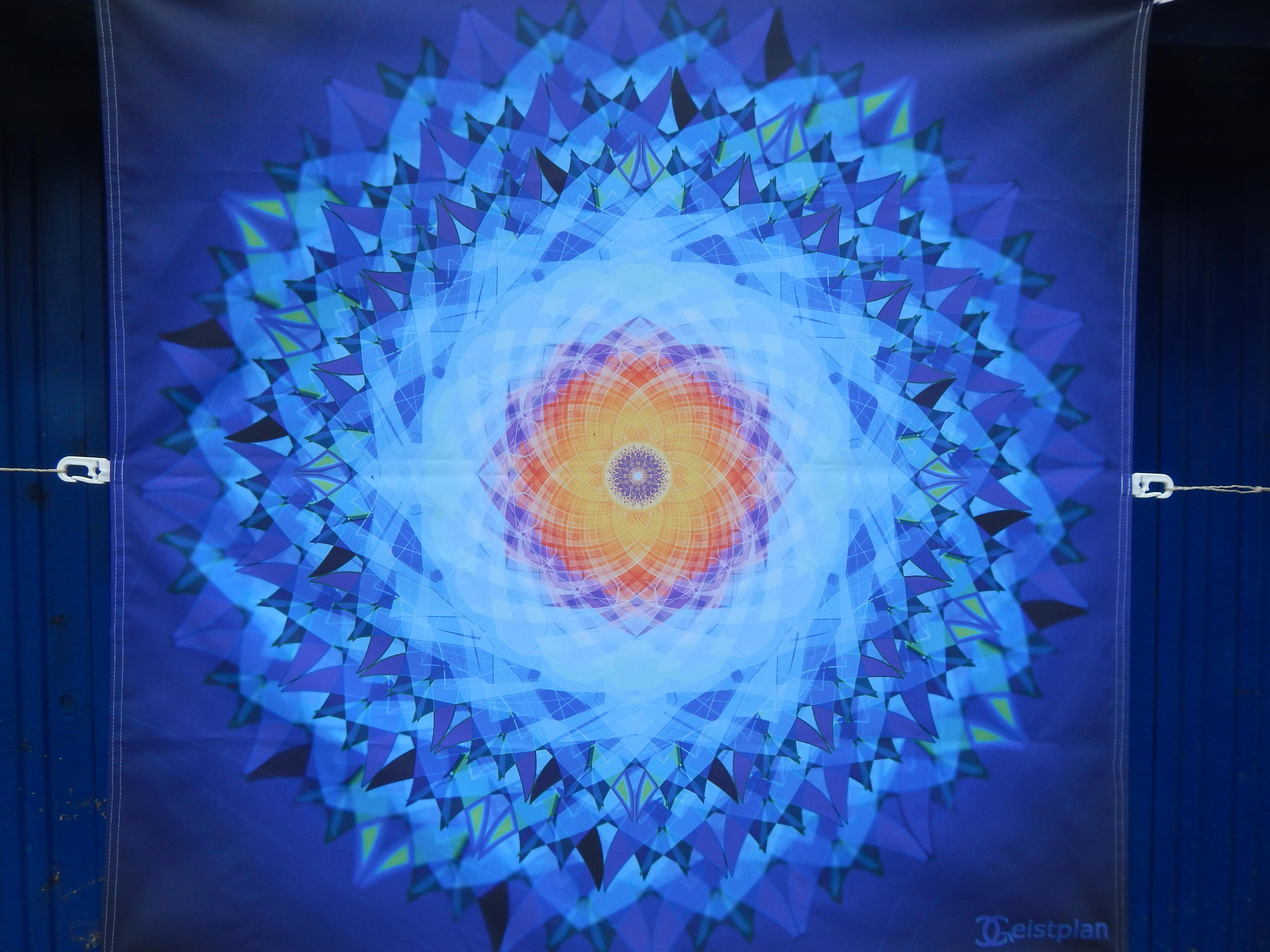 """Foto von einem Spanntuch Mandala """"die Schöpfung"""" bei vernünftiger Beleuchtung. Also draußen"""