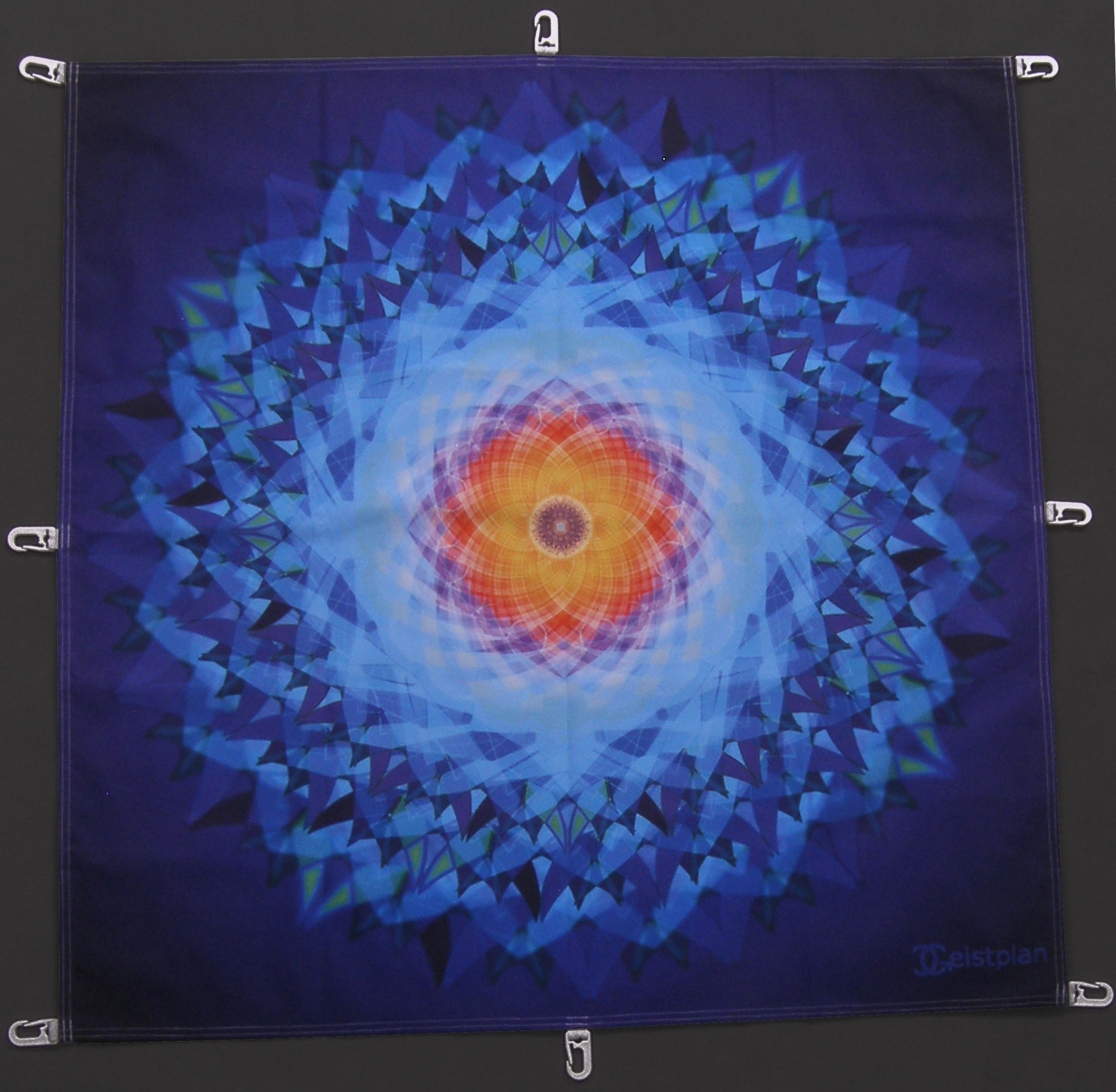 Foto von einem Tuch mit filigranen blauen Mandala, welches sehr in die Tiefe geht