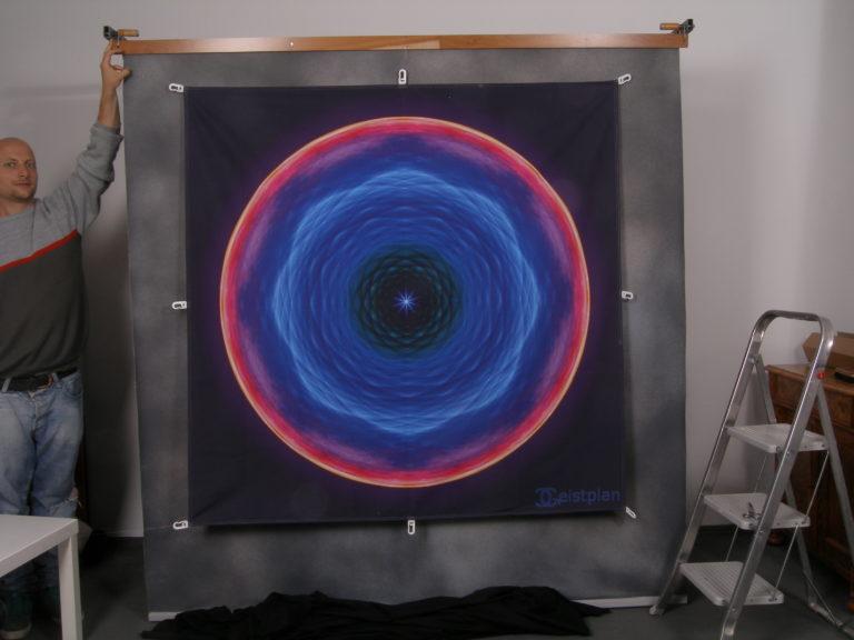 Großes Tuch (1,5 Meter Kantenlänge) mit einem mandala darauf. Sehr qualitative Ausfertigung und guter Größenvergleich