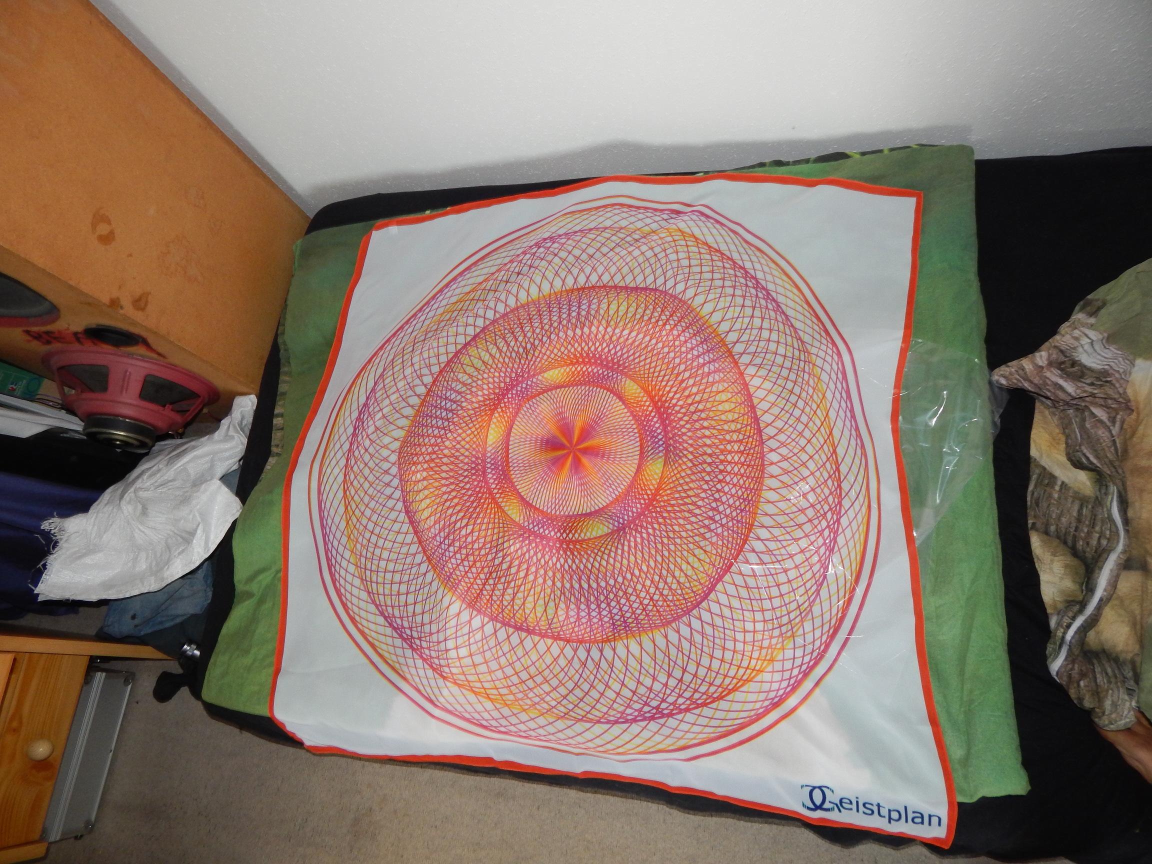 Foto von einem Seidentuch mit komplexen Mandala als Aufdruck.