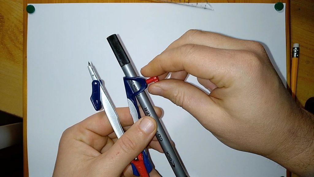 Bild von einem speziellen Zirkel mit einer Halterung für Stifte
