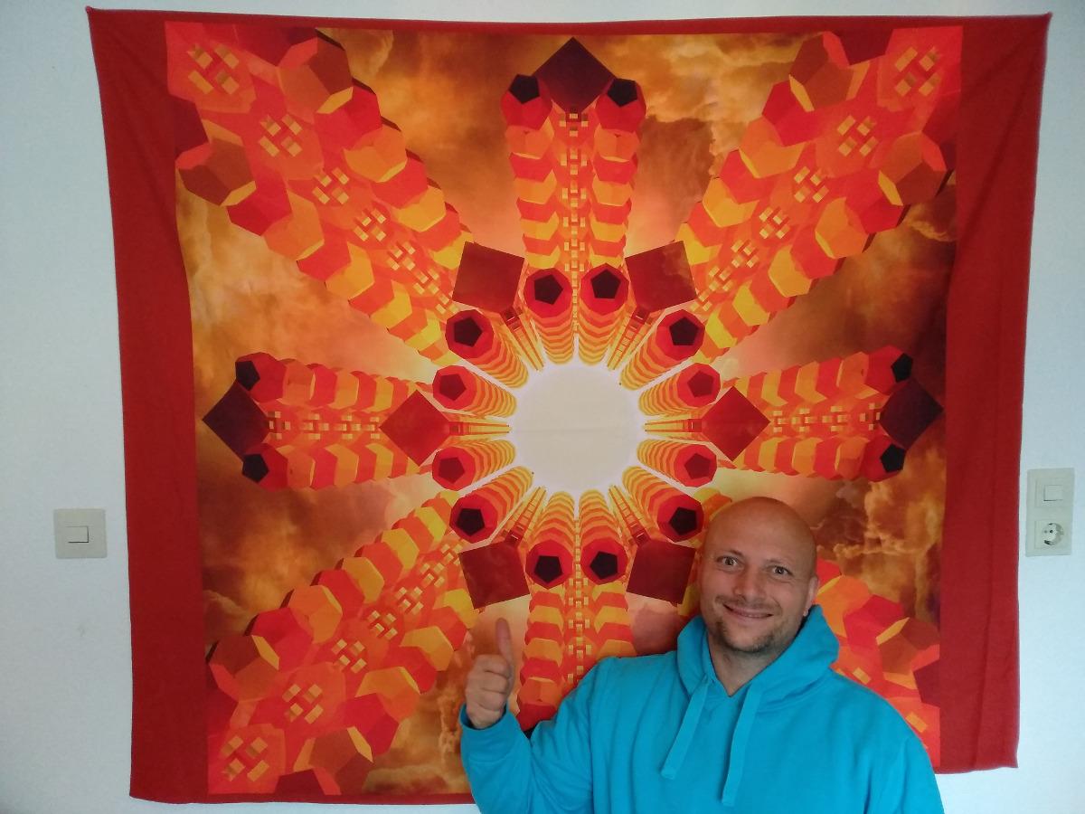 Bild von einen leuchtenten Mittelpunkt und dahingehende komplexe Säulen, davor sitzt der Künstler