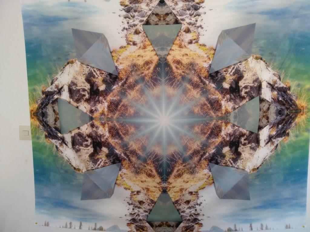 Bild zeigt Wandbehang Mandala vom Mandala des Aufbruchs, ein Mandala Wantuch aufgehängt.