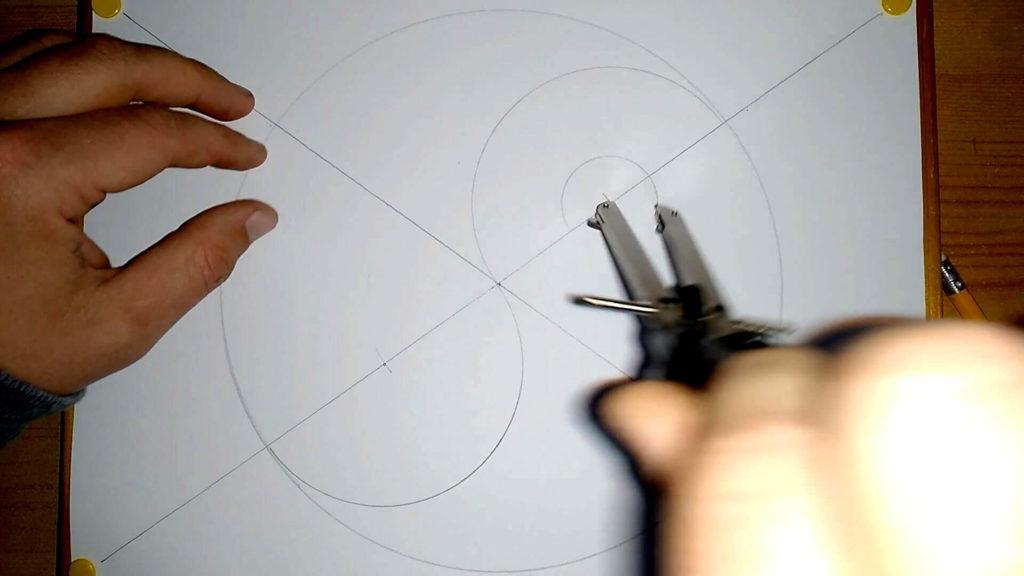 Ein kleiner Kreis wird oben gesetzt (Zirkel) Anleitung: ein Yin und Yang Symbol zeichnen