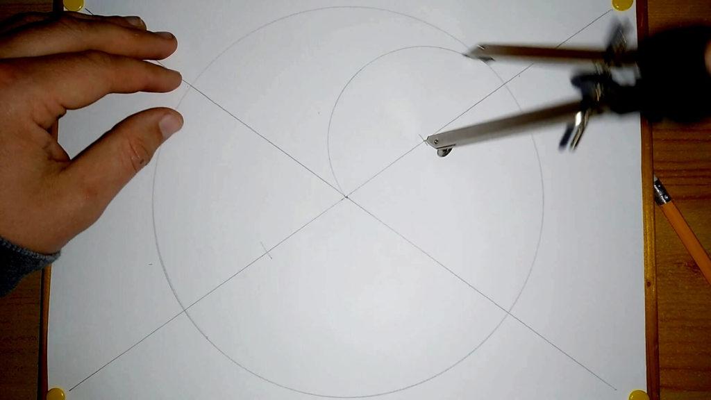 Zirkel wird in die obere Markierung eingestochen und es wird ein Halbkreis mit 5cm Radius gezogen. Anleitung: ein Yin und Yang Symbol zeichnen