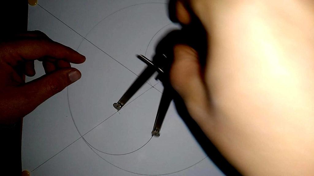 Zirkel wird in die untere Markierung eingestochen und es wird ein Halbkreis mit 5cm Radius gezogen, Anleitung: ein Yin und Yang Symbol zeichnen