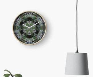 """Bild von einer Uhr bedruckten Ziffernblatt mit dem """"Mandala Mandelbrot"""""""