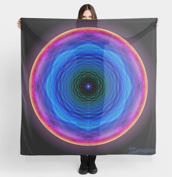 """Bild von einer Frau die ein Tuch hoch hält mit dem Motiv """"Mandala der Barmherzigkeit"""""""
