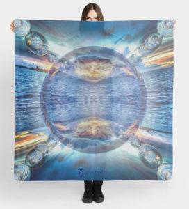 """Bild von einer Frau die ein Tuch hoch hält mit dem Motiv """"Perle des Ozeans"""""""