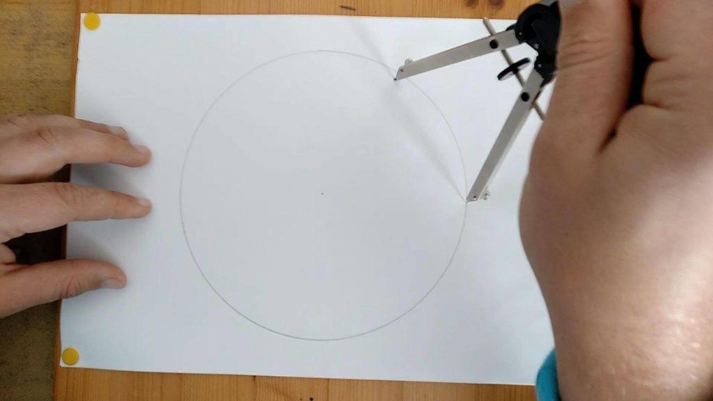 Bild von einem Kreis und Zirkel - eine Markierung auf dem Kreiswird gesetzt