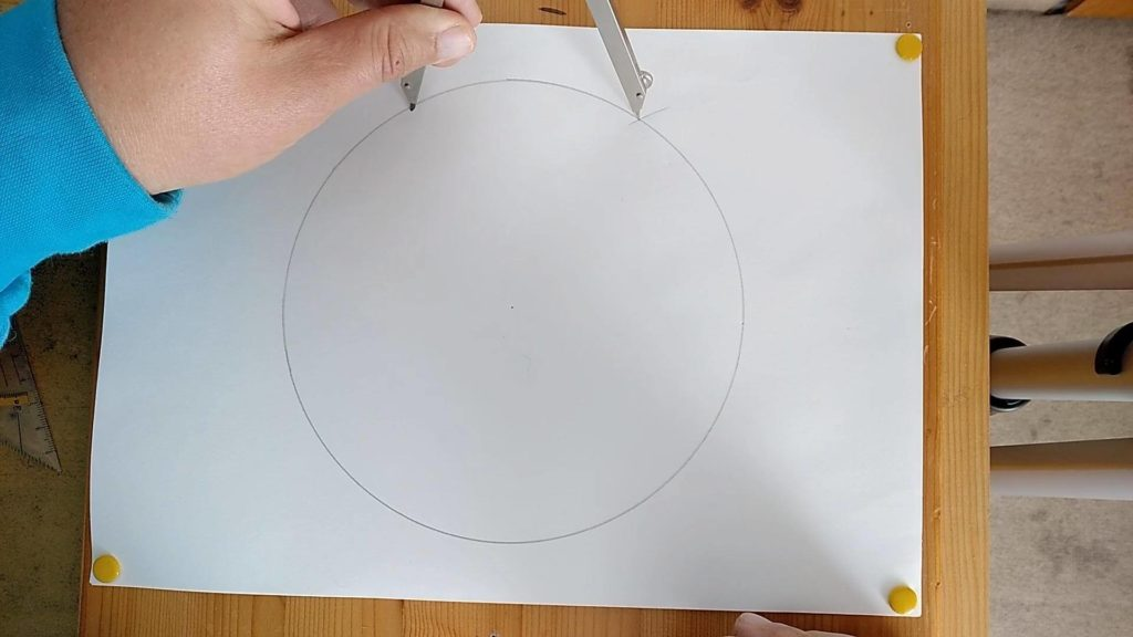 Bild von einem Kreis und Zirkel, welcher eine wietere Markierung bekommt