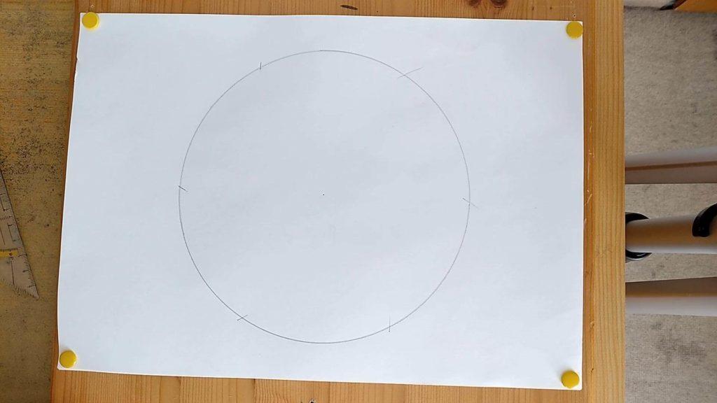 Bild von einem Kreis mit 6 Markierungen drum herum, Anleitung: ein Sechseck zeichnen