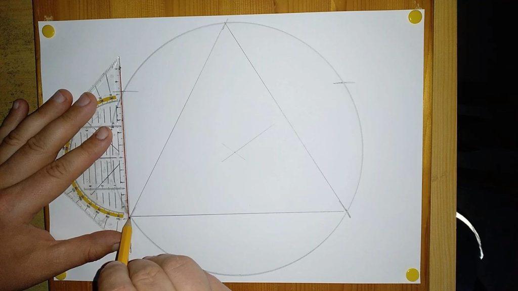 Bild von einem Kreis mit einem gleichseitigem Dreieck. Anleitung: eine Pyramide zeichnen