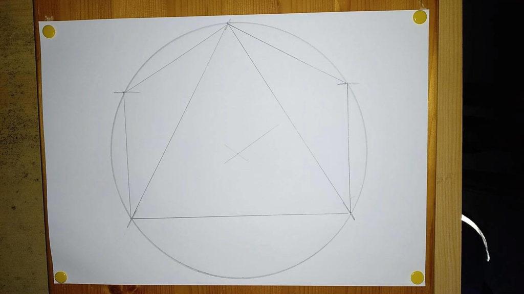 Bild von einer mit Hilflinien konstruierten Pyramide, Anleitung - eine Pyramide zeichnen. Anleitung: eine Pyramide zeichnen