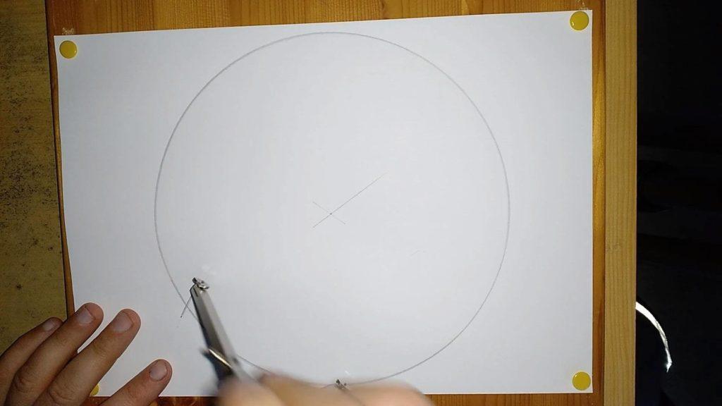 Bild von einem Zirkel, welcher auf einer Kreislinie eine Markierung setzt