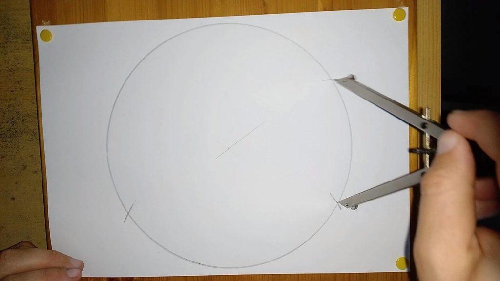 Bild von einem Zirkel, welcher Markierungen in ein Kreis macht