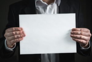 Bild von einem Mann mit einem DIN A4 Papier quer haltend