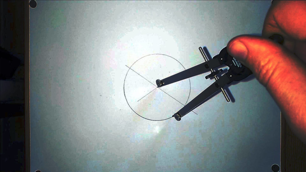 Bild von einem Zirkel, welcher einen Kreis zeichnet Anleitung: ein Herz zeichne