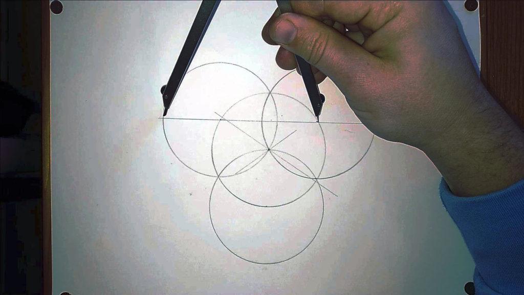Bild von einem Zirkel, dessen Radius neu eingestellt wird. Anleitung: ein Herz zeichne