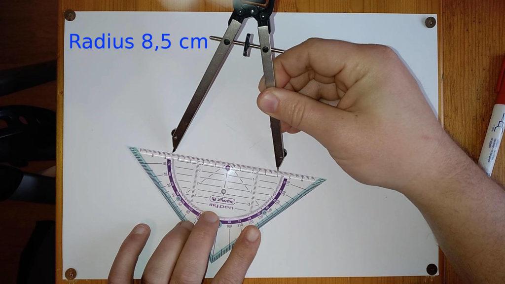 Bild mit Geodreieck und Zirkel
