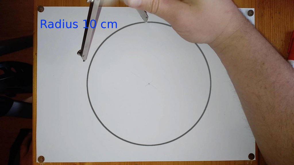 Bild von einem Kreis mit Zirkel, welcher in die Kreislinie einsticht