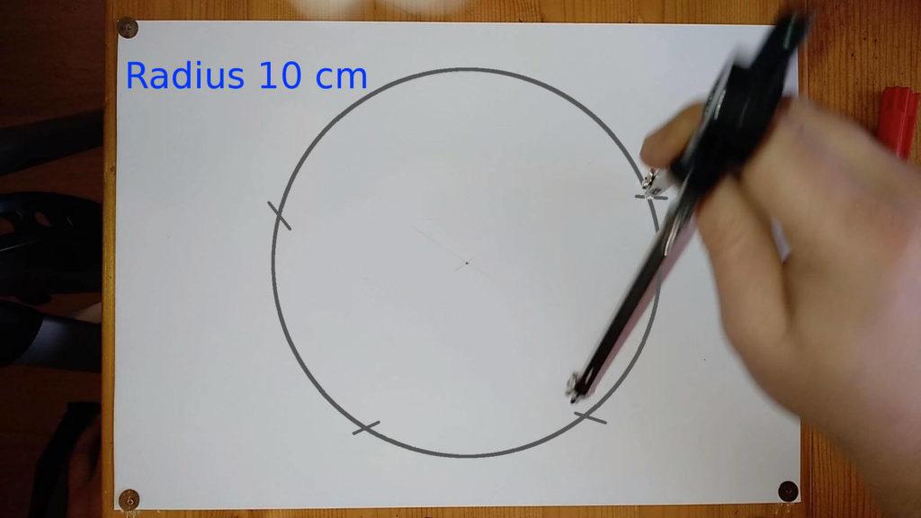 Bild von Zirkel welcher Markierungen auf Kreislinie setzt Anleitung - ein Pentagramm oder Fünfeck zeichnen