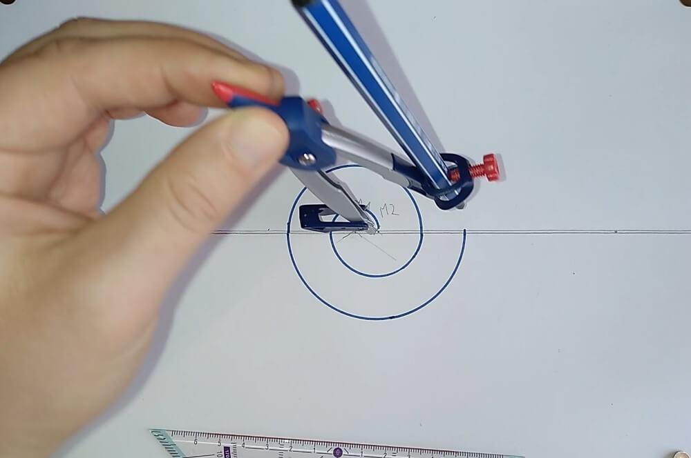 Bild von einem Zirkel, welcher eine Spirale zeichnet, Anleitung eine Spirale zeichnen