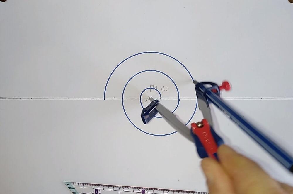 Bild von einem Zirkel, welcher eine Spirale zeichnet Anleitung eine Spirale zeichnen