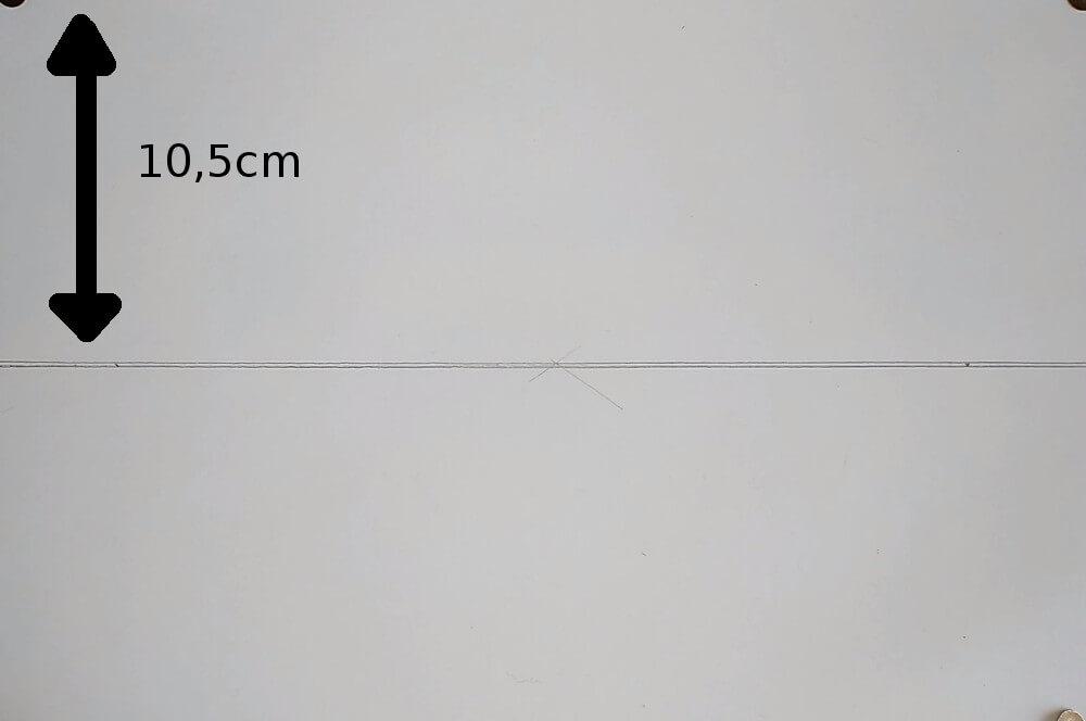 Bild mit Pfeil auf DIN A4 Papier für Abstand der horizontalen Linie
