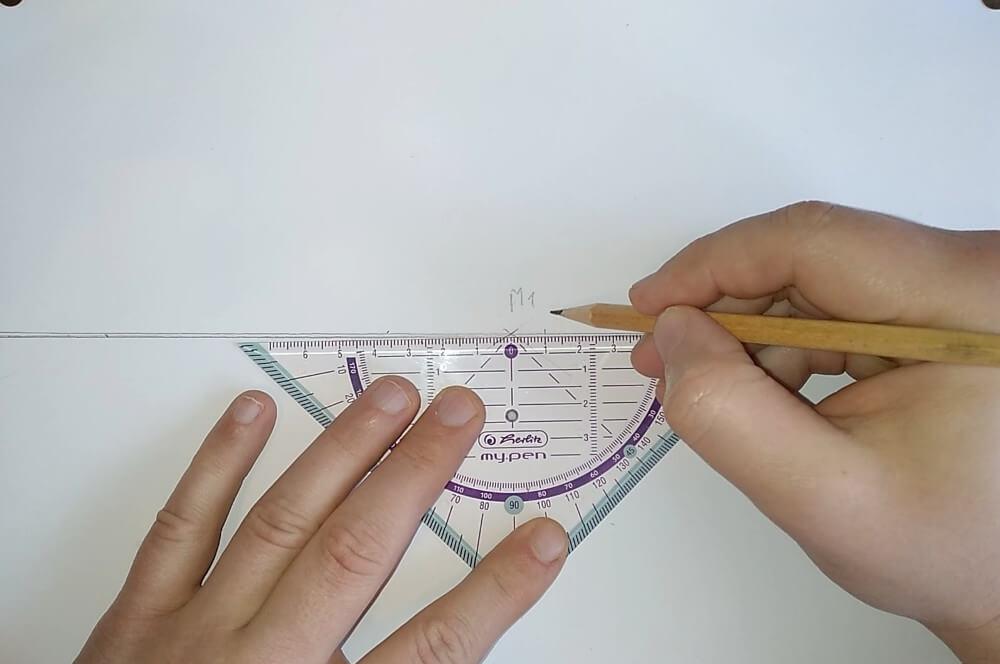 Bild mit Geodreieck und Bleistift