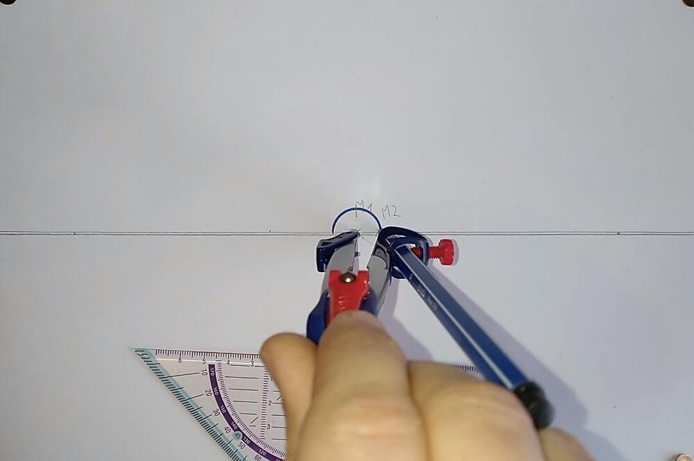 Bild von einem Zirkel welcher einen Halbkreis zeichnet, Anleitung eine Spirale zeichnen