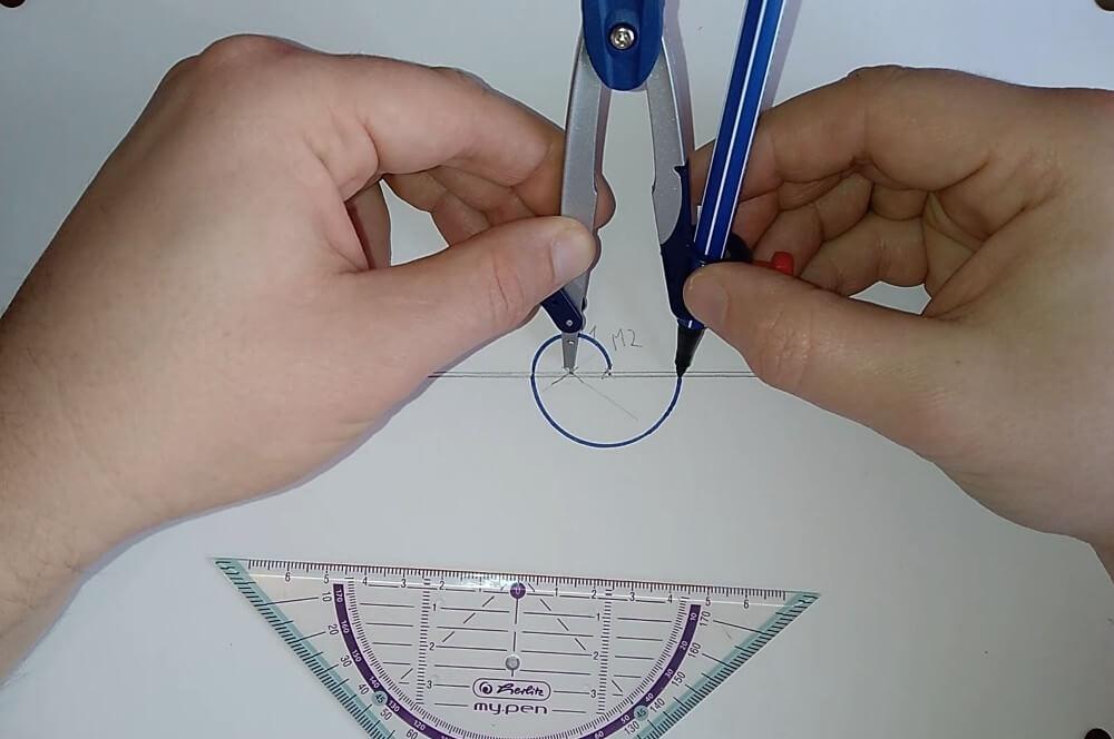 Bild von einem Zirkel, welcher einen Radius abmisst, Anleitung eine Spirale zeichnen
