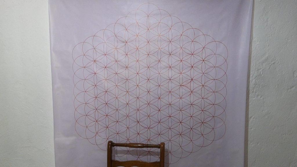 Bild von einer großen Blume des Lebens auf einer Folie, welche aufgehängt wurde. Anleitung große Blume des Lebens zeichnen