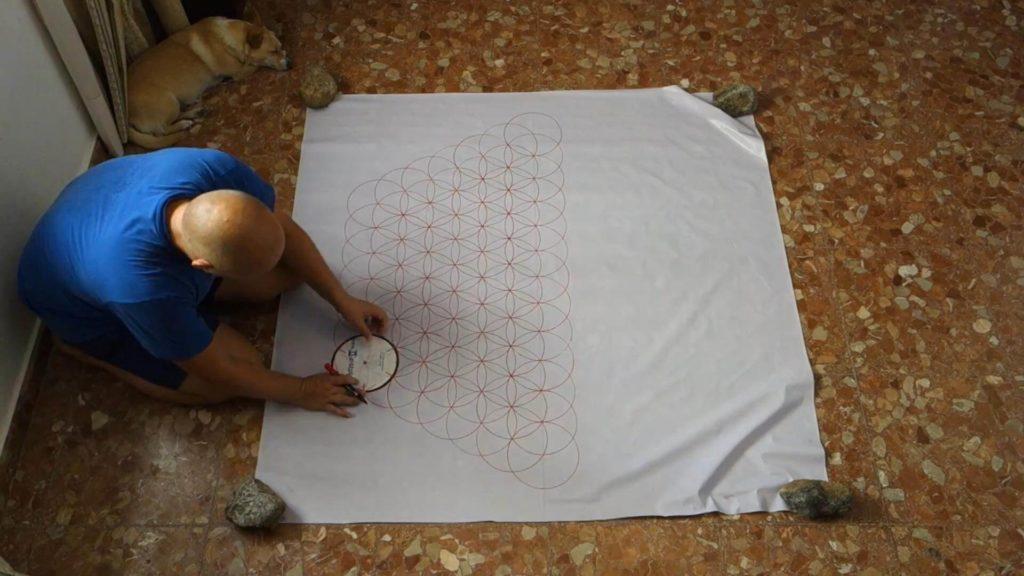 Bild von einer Blume des Lebens auf einer weißen Folie/Tischtuch. Anleitung große Blume des Lebens zeichnen