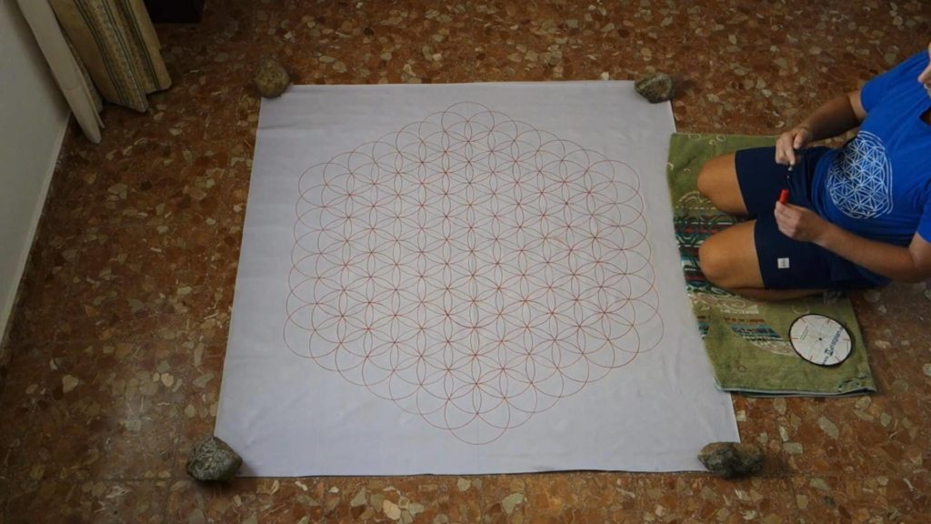 Bild von einer Blume des Lebens in groß, welche auf einer weißen Folie mit roten Filzstift gezeichnet wurde. Als Wandbehang. Anleitung große Blume des Lebens zeichnen
